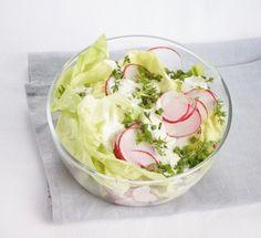 Das Schmand-Dressing mit Kresse und Schnittlauch macht den Salat herrlich cremig. Und Radieschen liefern leichte Schärfe.