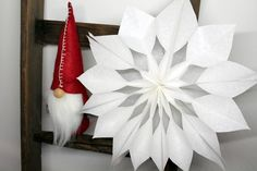 Last Minute DIY: gift idea for Christmas, poinsettias made out of bread bags in less than 5 minutes! Christmas Poinsettia, Christmas In July, Diy Christmas Gifts, Christmas Decorations, Xmas, Advent Calendar Gifts, Origami Easy, Easy Crafts, Paper Crafts