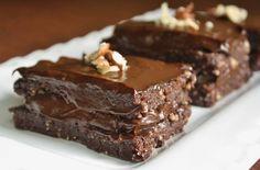 "Raw chocolate hazelnut cake with a chocolate-avocado ""buttercream"". Raw vegan and gluten-free! Desserts Crus, Raw Vegan Desserts, Vegan Treats, Raw Food Recipes, Just Desserts, Dessert Recipes, Vegan Raw, Dessert Bars, Food Cakes"