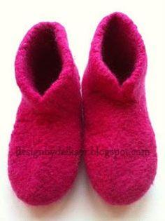 De virkelig varme sutsko Baby Booties Knitting Pattern, Knitting Patterns Free, Free Knitting, Boot Toppers, Knitted Slippers, Knitting For Kids, Chrochet, Sock Shoes, Kids And Parenting