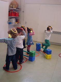 Parcours sans faire tomber l'anneau sur sa tête Preschool Gymnastics, Preschool Education, Kids Motor, Summer Camp Art, Crossfit Kids, Physical Activities, Gross Motor Activities, Toddler Activities, Pe Ideas