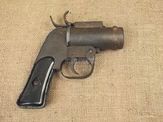 The standard US big-bore signal pistol of WW2. The barrel has studs for 967b106bae3