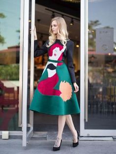 Contraste de colores De Una línea de ropa Con el patrón de bordado de la sirena