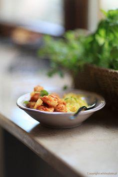 White Plate: Curry z krewetkami i ryżem szafranowym Gulab Jamun, White Plates, Ramen, Serving Bowls, Nom Nom, Dinner, Cooking, Tableware, Kitchen