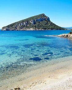 Così, all'improvviso, in tutto il suo splendore, Cala Moresca e l'isola di Figarolo  #golfoaranci#calamoresca# #sardegna#sardinia#lanuovasardegna #focusardegna#sardegnaofficial #igersardegna#igersassari#sardegna_reporter #volgosardegna#sardiniamylove #sardegnareflex#sardinia_exp#beach#sardegnageographic #ig_skyline #sardiniain #beautiful #sardinianworld#italian_trips#landscape #paradise#italy#thehub_sardegna#sardegnasuperpics#likes_sardegna