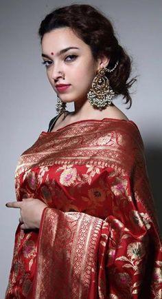 Wow love the look n the drape Trendy Sarees, Stylish Sarees, Indian Silk Sarees, Pure Silk Sarees, Banarsi Saree, Lehenga, Kanjivaram Sarees, Anarkali, Pattu Sarees Wedding