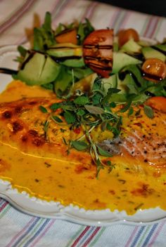 Ugnsbakad lax med saffranssås Something Sweet, Fish And Seafood, Lchf, Food And Drink, Tasty, Favorite Recipes, Cooking, Ethnic Recipes, Student