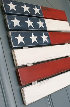 Outdoor 4th of July Decor - Great Ideas and Tutorials! Including this diy wood flag wreath made out of a wood pallet from 'A Diamond in the Stuff'. #woodcraftsdiy