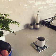 Caesarstone – House by the water. Quartz Kitchen Countertops, Cedar Homes, Kitchen Benches, Kitchen Appliances, Kitchens, House Design, Tiles, Kitchen Renovations, Bungalow