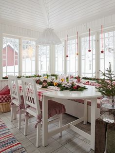 Lovely red and white Christmas decor. Love the place mats and pillows! Made In Persbo Swedish Christmas, Scandinavian Christmas, Christmas Home, Scandinavian Design, Christmas Kitchen, Country Christmas, White Christmas, Swedish Cottage, Cottage Style