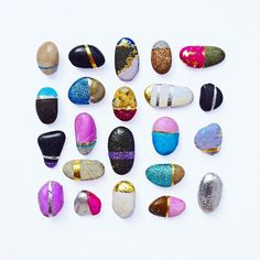 Using a lil' paint and glitter to make some river rock bling. Stone Crafts, Rock Crafts, Diy Crafts, Glitter Rocks, Glitter Crafts, Easy Arts And Crafts, Stone Painting, Rock Painting, Summer Art