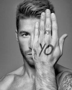 Sergio Ramos futbolista illuminati y masón fíjense como hace el símbolo del ojo y la simboliga masona de la Foto y miren como pone en su mano yo y hace el ojo refiriéndose a que el es un illuminati otra prueba más gracias al verdadero DIOS que es el TODO que es ENLIL