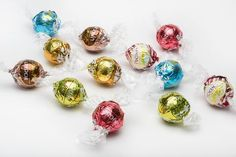 An exclusive collection that features 5 different varieties of white chocolate Lindt Lindor. Cappuccino and Citrus are not available in the UK. These come packaged with the Stracciatella, White Chocolate and Strawberries & Cream varieties available in the UK.