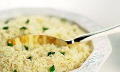 3 colheres (sopa) de manteiga   - . 2 colheres (sopa) de cebola picada   - . 1 xícara  (chá) de arroz    - . 1 xícara  (chá) de vinho branco seco   - . 1 1/3 de xícara (chá) de caldo de carne   - . Pimenta-do-reino  a gosto  - . Sal a gosto   - . 3 colheres (sopa) queijo parmesão ralado