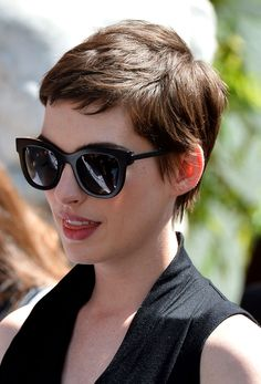 Anne Hathaway always looks chic in her sunglasses.