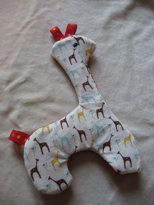 girafe_antoine__3_ Main Gauche, Dinosaur Stuffed Animal, Pillows, Toys, Animals, Pattern, Hands, Activity Toys, Animales