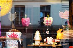 Pois Plume… j'ai 5 ans ! | Chic & Geek. Shop window store display.