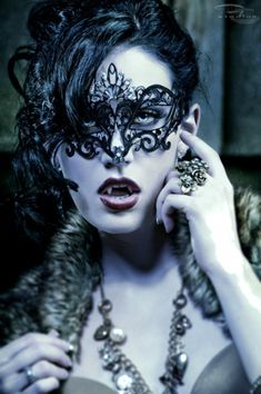 Gorgeous Lace Mask. Wanty!