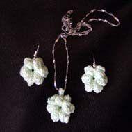 Flower Crochet Earrings and Crochet Pendant set - free pattern for beginners and photo tutorial.