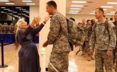 E' morta la signora abbraccio.Era diventata una leggenda tra i militari. E' morta la signora abbraccio.Era diventata una leggenda tra i militari.Regalava abbracci a tutte le ore del giorno, quasi 500.000 negli ultimi 12 anni, diventando una vera leggenda tra i militari.L' #lasignoraabbraccio