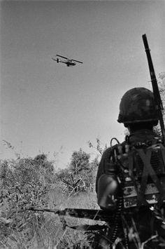 RTOs foram elo insubstituível da infantaria com apoio de helicópteros. Aqui, um RTO assiste a uma sobrecarga no banquer Huey. Nome, data e local desconhecido.