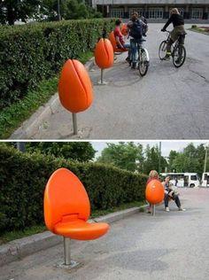 """17. """"Flowering chairs"""" bancos em formato de tulipa localizados em Eindhoven, na Holanda. Projetado pelo designer Marco Manders com o objetivo de evitar que a água da chuva se acumule nos acentos."""