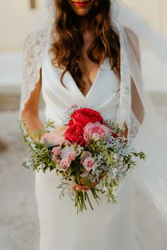 Amsicora - bouquet da sposa rosso, toni vivaci - bride bouquet Wild with red flowers, Jasmine, pink roses, greenery, Dustin miller