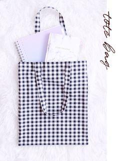5 idées de projets couture pour débutant • Rose Capsule Sewing Hacks, Sewing Tutorials, Sewing Projects, Diy Couture, Couture Sewing, Sewing Accessories, Women Accessories, Cute Clothes For Juniors, Diy Tote Bag