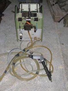 Hersteller Deutsche vereinigt Schuhmaschinen GmbH Frankfurt Fabrik Nr. G-647 Typ ADS-UF BJ 1993 diese Maschine wurde nur 1/2 Jahr benutzt voll funktionsfähig. Versand gegen vorheriger Absprache