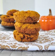 Healthy Pumpkin Spiced Donuts -- these would make great on-the-go breakfasts and snacks for the whole family! [baked, no refined sugars and very little oil, vegan] Pumpkin Donuts Recipe, Pumpkin Chocolate Chip Muffins, Pumpkin Recipes, Fall Recipes, Brunch Recipes, Vegan Pumpkin, Healthy Pumpkin, Baked Pumpkin, Pumpkin Spice