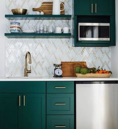 How to Decorate Your Kitchen Effortless? Find other ideas: Kitchen Countertops Remodeling On A Budget Small Kitchen Remodeling Layout Ideas DIY White Kitchen Remodeling Paint Kitchen Remodeling Before And After Farmhouse Kitchen Remodeling With Island Country Kitchen, New Kitchen, Kitchen Decor, Brass Kitchen, Awesome Kitchen, Art Deco Kitchen, Kitchen Small, Dark Green Kitchen, Metal Kitchen Cabinets