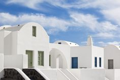Thermes Villas is a traditional Cycladic hotel where the elements of rock, wood, white and blue colors dominate in its decoration. Santorini Villas, Villa With Private Pool, Vacation Villas, Luxury Villa, Hotel Reviews, Jacuzzi, Swimming Pools, Exterior, Mansions