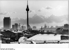 ADN-ZB Sturm 29.12.76 Berlin: Blick über die Dächer von Altbauten im Stadtbezirk Prenzlauer Berg auf das Zentrum der DDR-Hauptstadt.