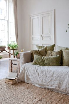 slow natural home decor in neutral colours Interior Design Living Room, Living Room Decor, Living Spaces, Design Interiors, Natural Home Decor, Natural Interior, Sofa Covers, Cushion Covers, Simple House