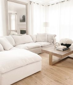 White Couch Living Room, Small Space Living Room, Living Room Sectional, Cozy Living Rooms, New Living Room, Home And Living, Bedroom With Couch, White Couch Decor, Small Sectional Couch