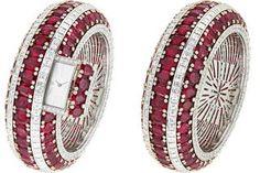A l'occasion du SIHH, Van Cleef & Arpels dévoile un bracelet montre unique serti de 115 rubis totalisant 151,25 carats.