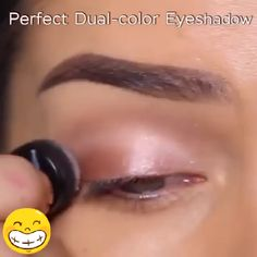Perfect Dual-color Eyeshadow 🧡Simply swipe once to create dual coloredeyeshadow without professional technique. No fussy layering and blending! Prom Eye Makeup, Halloween Eye Makeup, Skin Makeup, Makeup Trends, Makeup Tips, 16 Tattoo, Make Up Videos, Moms Videos, Tips Belleza
