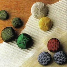 Дорсетская пуговица (Dorset buttons) была изобретена в Дорсете (Англия) в 18 столетии. Первоначально основание для пуговицы изготавливалось из бараньего рога, позже стали использоваться металлические кольца. Долгое время изготовлением дорсетских пуговиц было отдельной отраслью. Этим ремеслом занимались целые семьи, а также заключенные в тюрьмах и дети-сироты в приютах.