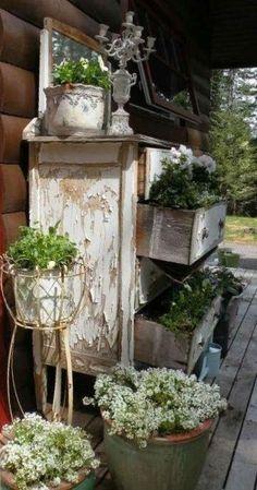 Vorgarten-Design im Vintage-Stil: 26 schicke Gartendekor-Ideen Primitive Home Decorating, Porch Decorating, Decorating Ideas, Decor Ideas, Primitive Garden Decor, Primitive Decorations, Rustic Garden Decor, Dream Garden, Garden Art