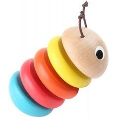 Prvá drevená hračka húsenička pre najmenších! Drevená húsenica pozostáva z piatich pestrofarebných krúžkov z masívu, ktoré sú navzájom oddelené gumičkou. Práve vďaka gumičkám sa húsenička v ruke dieťatka ohýba a pri dotyku drevených častí vydáva zaujímavý zvuk, ktorý vzbudí pozornosť každého dieťatka. Jeden dielik je zachovaný aj v prirodzenom odtieni dreva a na hlavičke sú milé očká