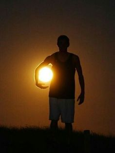 Playing With The Sun And The Moon In Forced Perspective Photography Illusion Photography, Moon Photography, Creative Photography, Amazing Photography, Astronomy Photography, Moonlight Photography, Adventure Photography, Mobile Photography, Photography Ideas