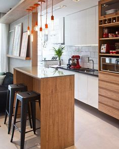 Apartamento pequeno com decoração criativa e charmosa Small Apartment Decorating, Interior Decorating, Mudroom Cabinets, Kitchen Decor, Kitchen Design, U Shaped Kitchen, Apartment Kitchen, Small Apartments, Kitchen Remodel