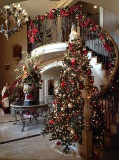 Below are the Christmas Entryway Decoration Ideas. This post about Christmas Entryway Decoration Ideas was posted under the Exterior Design … Christmas Entryway, Noel Christmas, Christmas Crafts, Christmas Staircase Decor, Red And Gold Christmas Tree, Staircase Decoration, Christmas Movies, Beautiful Christmas Trees, Christmas 2019