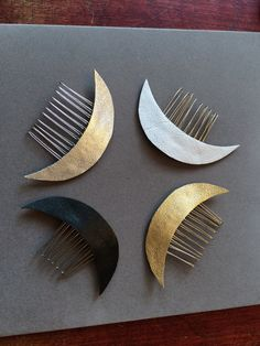 White Leather Crescent Moon Celestial hair comb                                                                                                                                                                                 Más