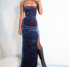Beautiful dark blue dress with side slit - ChicLadies. Pretty Dresses, Beautiful Dresses, Dress Skirt, Dress Up, Velvet Gown, Evening Dresses, Formal Dresses, 90s Prom Dresses, Dream Dress