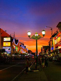 Photo Malioboro Street, Jokjakarta par Ivan Irawan on Tumblr Photography, Street Photography, Travel Photography, Photo Background Images, Photo Backgrounds, Yogyakarta, Urban Painting, Sky Aesthetic, Aesthetic Pastel Wallpaper