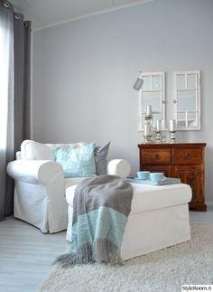 nojatuoli,rahi,lukunurkkaus,koristetyynyt,turkoosi,puupöytä,lipasto,säilytys,seinäkoriste