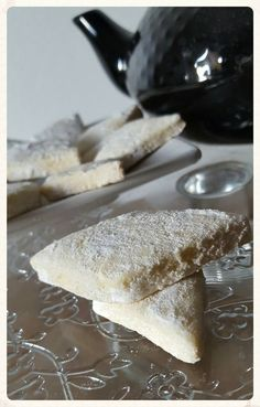 Bonjour, je vous propose une autre sorte de sablés à base de poudre d'amande ultra rapide à réaliser ! Ingrédients : (environ 25 pièces) 200 g de farine 1/2 cac de levure chimique50 g de sucre glace90 g de beurre mou1 blanc d'oeuf40 g de poudre d'amandes...