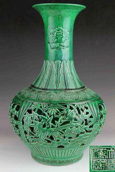 Chinese Green Glazed porcelain Vase with Bamboo, Flower and Bird Pattern 蘋果綠釉竹紋花鳥鏤空玉壺春瓶 大清乾隆年制 六字款 H: 35.6 CM (14 IN) W: 22.8 CM