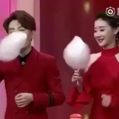 Girl crushes a cotton candy eating contest. Funny Pictures Can't Stop Laughing, Funny Picture Jokes, Funny Pictures With Captions, Funny Animal Pictures, Funny Memes, Hilarious, Funny Videos, Edgy Memes, Funny People